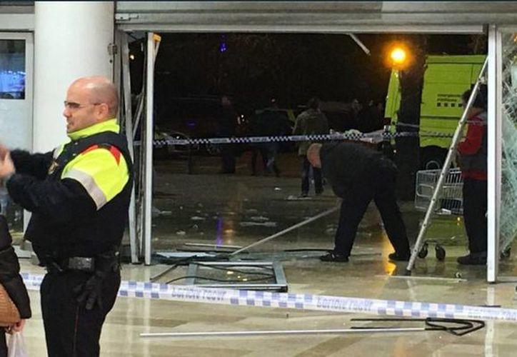 La puerta del centro comercial quedó totalmente destruida tras el impacto. (twitter/@AnaJuliaMena)