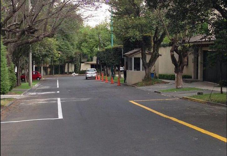 Los vecinos de Las Lomas, en la Ciudad de México, se quejaron de los privilegios que se dieron a Peña Nieto, ya que no se le exigió colocar parquímetros a las puertas de la residencia. (twitter.com/fedecast)
