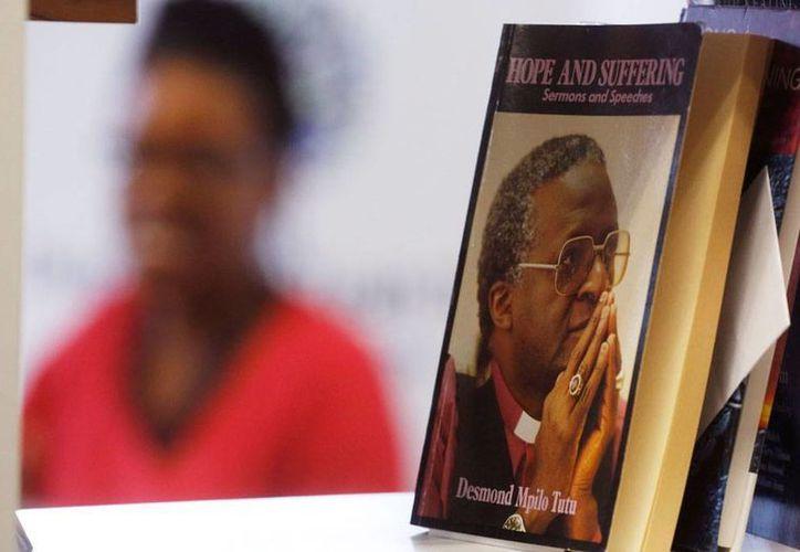 El arzobispo Demond Tutu, Premio Nobel de la Paz, se encuentra hospitalizado por un problema de salud 'menor'. En la imagen, aparece un libro escrito por el religioso sudafricano. (AP)