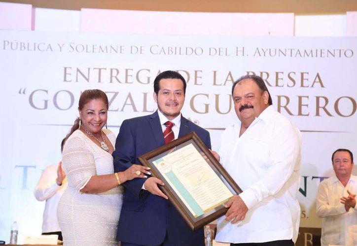 El presidente municipal de Othón P. Blanco Eduardo Espinosa Abuxapqui entregó la presea 'Gonzálo Guerrero'. (Redacción/SIPSE)