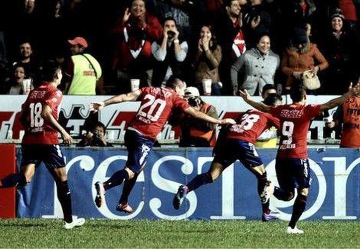 Tiburones Rojos celebran uno de los tres goles que le metieron al Puebla en partido entre dos equipos con problemas serios en la tabla porcentual. (Mexsports.com)