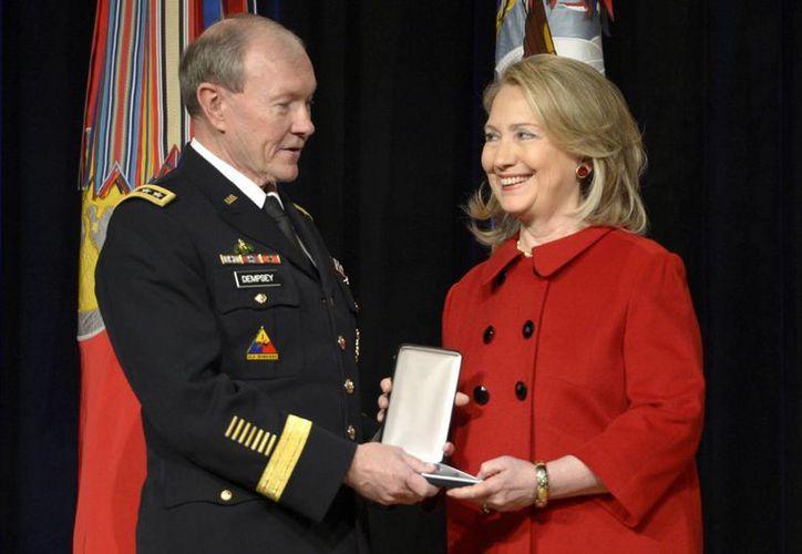 Hillary Clinton sonríe tras recibir un galardón que la premia por su servicio público civil. (EFE)