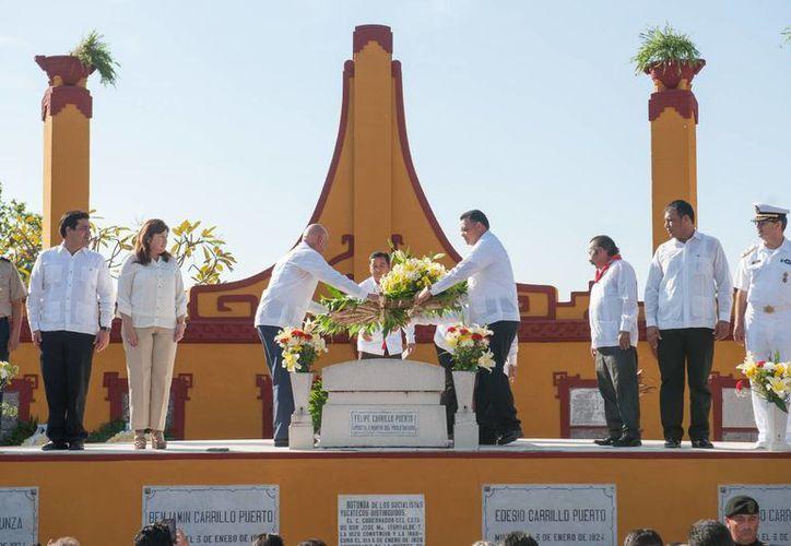 Autoridades civiles y militares rindieron un homenaje este domingo a Felipe Carrillo Puerto, quien fue gobernador de Yucatán. Se cumple un aniversario luctuoso más en su honor. (Foto cortesía del Gobierno de Yucatán)