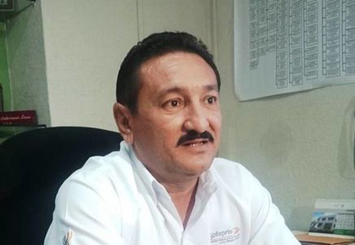 Miguel Ángel Soberanis Luna, director de Protección contra Riesgos Sanitarios de la SSY, dio a conocer el operativo realizado y las medidas de seguridad en torno al hallazgo de algas y la arribazón de peces a la playa. (Foto: SSY)