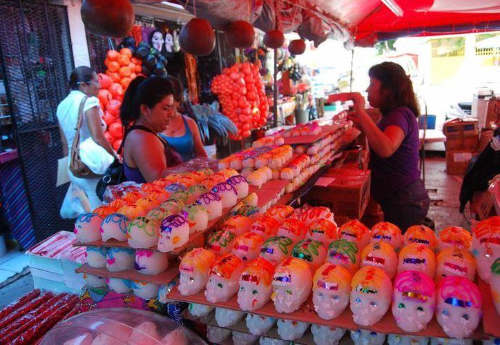 Los comerciantes cifran sus esperanzas en las personas que celebran el Día de Muertos en sus hogares. (Tomás Álvarez/SIPSE)