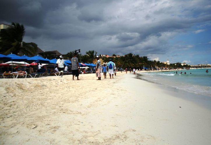 El cielo nublado empañó la realización de actividades recreativas dentro del mar. (Octavio Martínez/SIPSE)