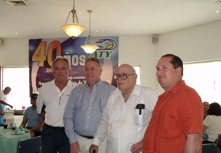 Don Carlos Goff (1972-1980), con distinguidos miembros de la ATY. (SIPSE)