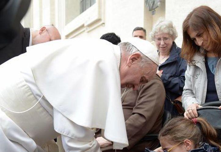 El Papa Francis firmó el yeso de una niña que se encontraba en la plaza de San Pedro. (Agencias)