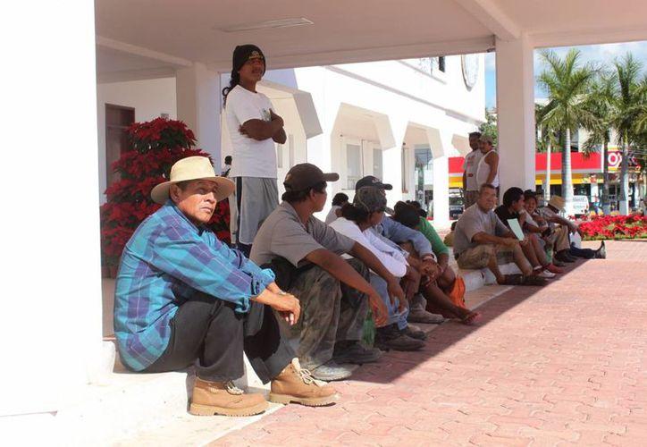 Un grupo de representantes de las familias que habitan en la invasión de 'In House' buscan una audiencia con autoridades municipales. (Daniel Pacheco/SIPSE)