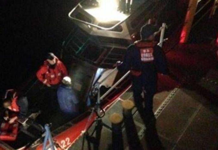 Los cuatro mexicanos abordo fueron rescatados antes de que se hundiera su lancha y trasladados a la estación de la Guardia Costera en la Isla del Padre. (noticieros.televisa.com)
