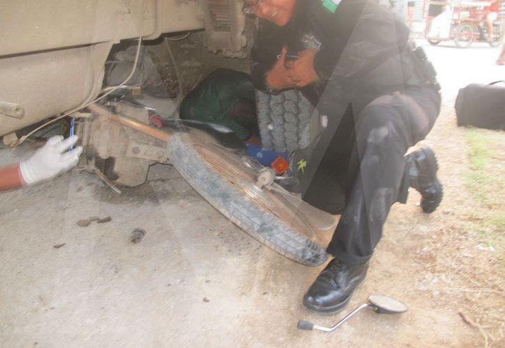 El motociclista trató de ganar el paso al camión, pero terminó debajo de él, mientras que el camionero huyó.