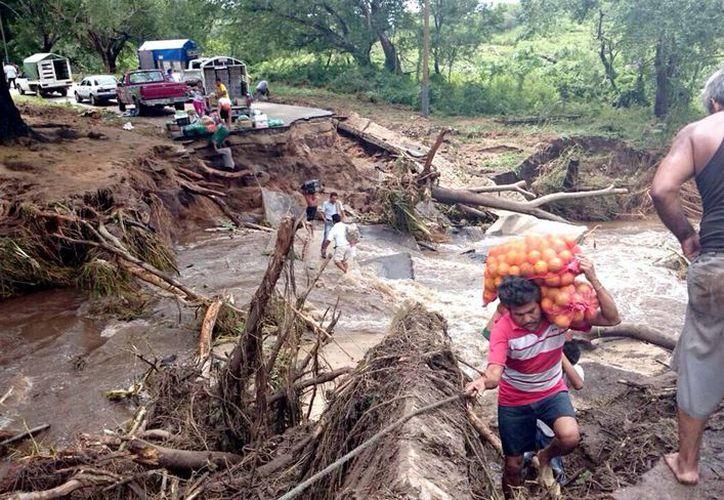 Hasta el momento se reportan 200 deslaves en carreteras y varias comunidades incomunicadas. (Notimex)