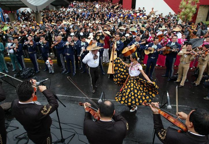 El récord Guinness se rompió en el marco del Encuentro Internacional del Mariachi y la Charrería, en Guadalajara. (EFE)