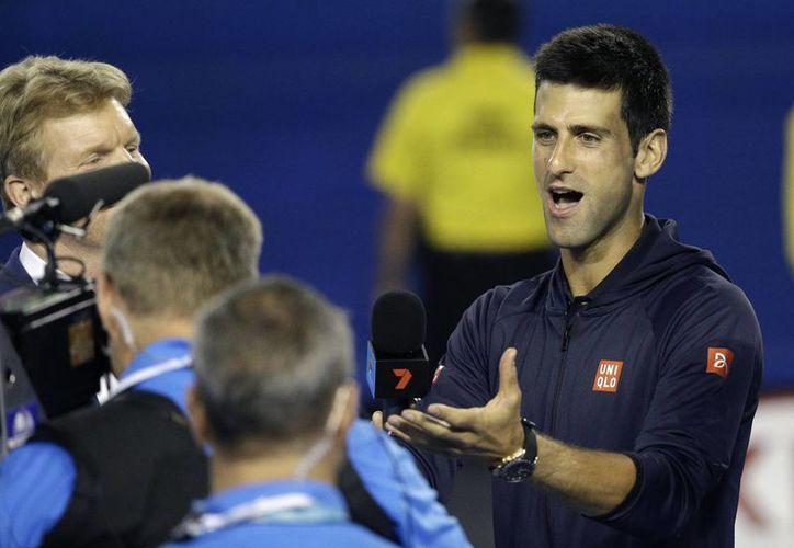 Tras eliminar a Fernando Verdasco en la tercera ronda del Abierto de Australia, Novak Djokovic habló sobre su niñez y pidió al público que lo ayudarán a cantarle Feliz Cumpleaños a su madre, a través de las cámaras de tv. (Foto: AP)