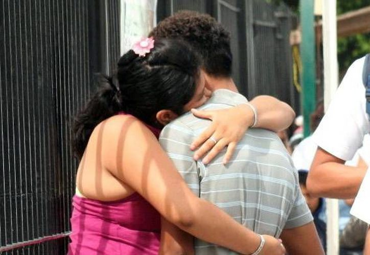 Una forma sencilla, emotiva y económica para demostrar cariño: un abrazo. (SIPSE)