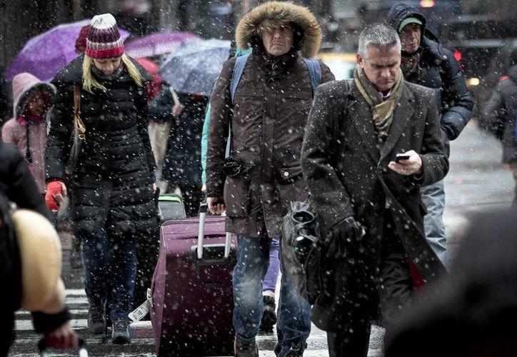 Las 4 nevadas previas a la llegada del invierno, este 21 de diciembre, implantaron un récord en Nueva York. Hoy fueron cancelados más de 200 vuelos. (Agencias)