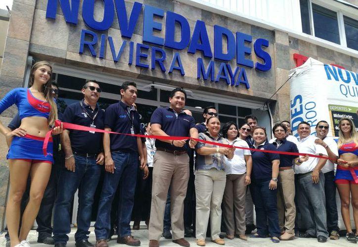 En la inauguración asistieron la presidente municipal de Solidaridad y el gerente general de Novedades, Marco Lozano. (Foto: Israel Leal)