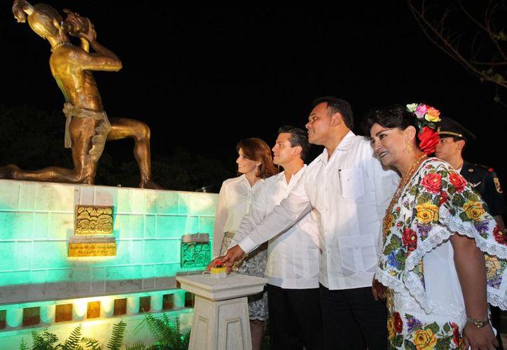 El presidente Enrique Peña y el gobernador Rolando Zapata, con sus respectivas esposas, durante la clausura del Festival de la Cultura Maya. (SIPSE)
