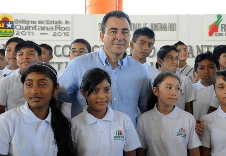 El secretario de Educación y Cultura, José Alberto Alonso Ovando, expresó un especial reconocimiento a las mamás y papás de los alumnos participantes. (Redacción/SIPSE)