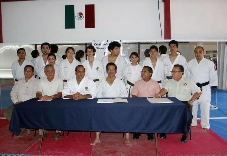 Los alumnos posaron con el maestro Koichi Choda Watanabe. (Juan Albornoz/SIPSE)