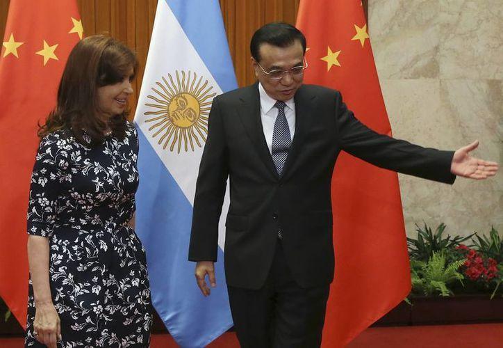Escena del encuentro entre la presidenta argentina Cristina Fernández y el primer ministro chino Li Keqiang durante una recepción en Beijing. (Agencias)