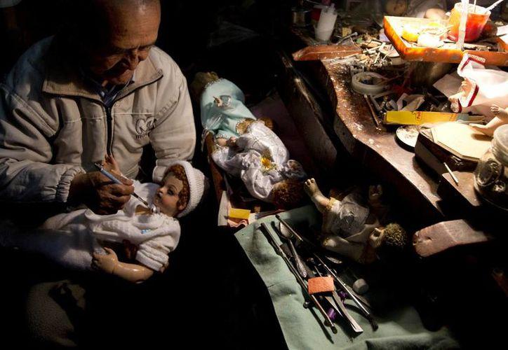 Las efigies del Niño Dios que llegan a manos de Roberto suelen ser reliquias familiares. (AP/Juan Karita)