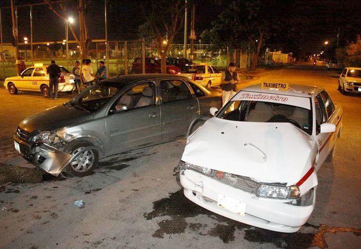 Imprudencia de taxista dejó cuantiosos daños materiales. (Milenio Novedades)