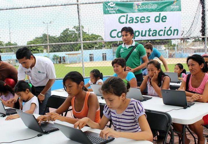 En la imagen, niños, adolescentes y adultos toman clases de cómputo impartidas por alumnos del Conalep. (Milenio Novedades)