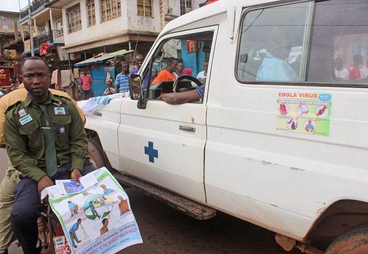 El ébola se ha propagado en varios países de África Occidental, incluyendo Sierra Leona, que ha cancelado los partidos de futbol. (AP)