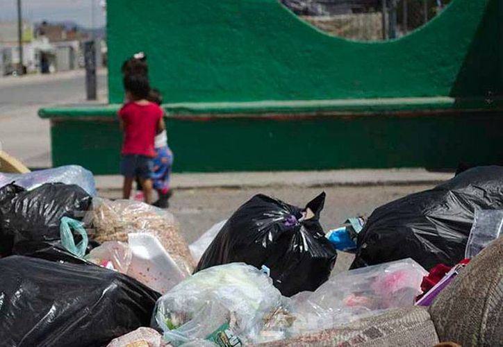 Una imagen común en las últimas semanas en León, Guanajuato, donde los concesionarios dejaron de recolectar la basura. El conflicto se arregló ayer. (revoluciontrespuntcero.com)