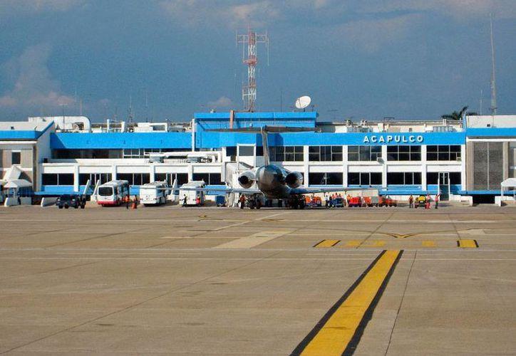 El nuevo aeropuerto de Acapulco tendrá capacidad para atender a un millón de viajeros por año, y sustituirá a la actual terminal aérea (foto) que será cerrada totalmente en cuanto opere al 100 por ciento la nueva. (aeropuertos.net)