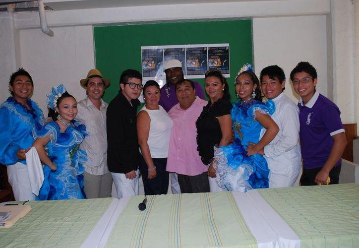 Representantes de la compañía de danza Son May-Hi, y el grupo musical Fenómeno. (Tomás Álvarez/SIPSE)