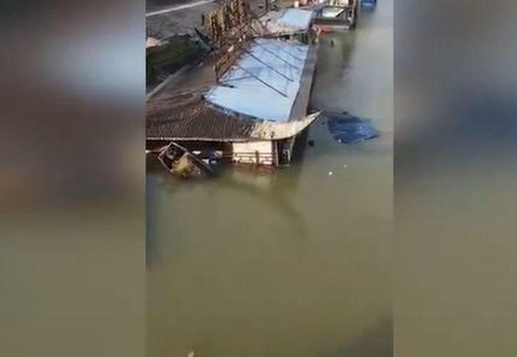 Uno de los transeúntes captó el momento  en que el Qiaoji Fisherman's Port se hundió en el río Jialing. (Foto: Captura)