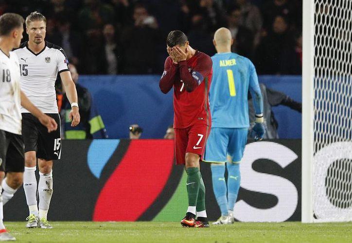 Cristiano Ronaldo se lamenta tras fallar el penal que mantuvo en ceros el empate contra Austria.