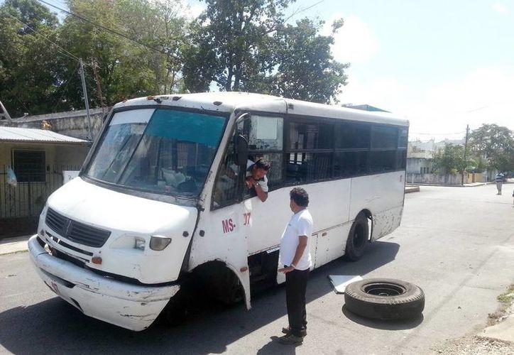 El viejo autobús se quedó en medio de la calle a esperar su rescate en grúa. (Milenio Novedades)