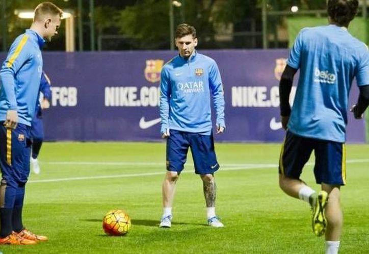 Tras rehabilitarse de una lesión en la rodilla, este lunes Lionel Messi entrenó al parejo de sus compañeros del club Barcelona. (Twitter: FCBarcelona)