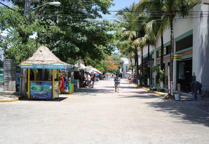 La Quinta Avenida en Playa del Carmen es verificada regularmente para detectar personas que se encuentren de manera ilegal en el país. (Octavio Martínez/SIPSE)