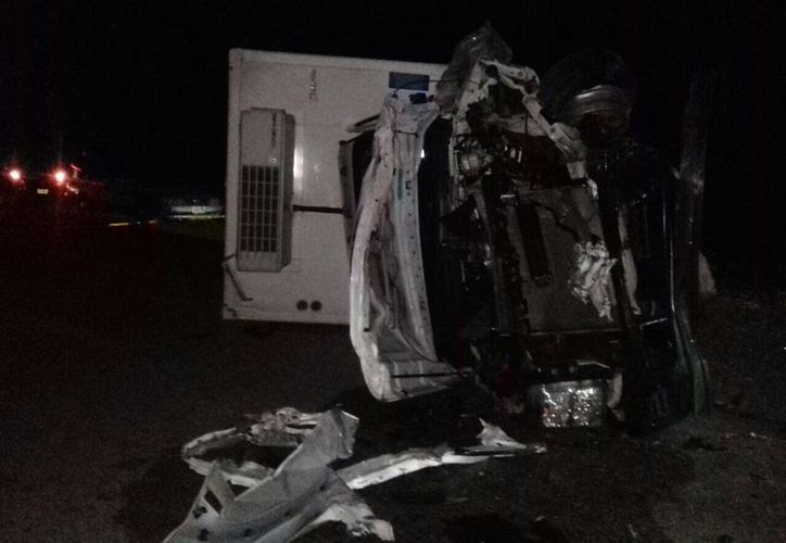 El conductor del Tsuru falleció en el lugar al quedar prensado en la parte inferior de su vehículo. (SIPSE)