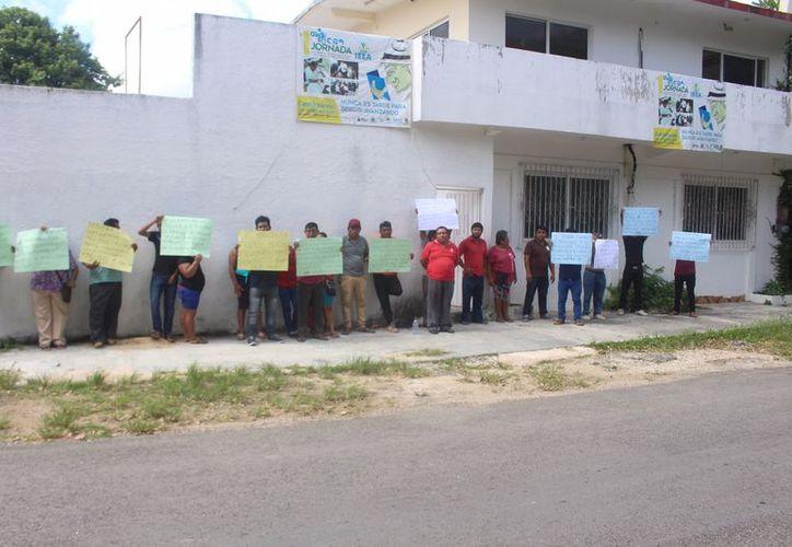 Las personas se mantuvieron por más de una hora en las afueras de las oficias del instituto, ubicado en la colonia Leona Vicario. (Jesús Caamal/SIPSE)