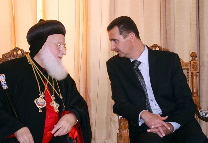 El patriarca de la Iglesia Ortodoxa Siriana, Ignatius Zakka, en una foto de 2007 con el presidente sirio Bashar Assad en Damasco, Siria. (Agencias)