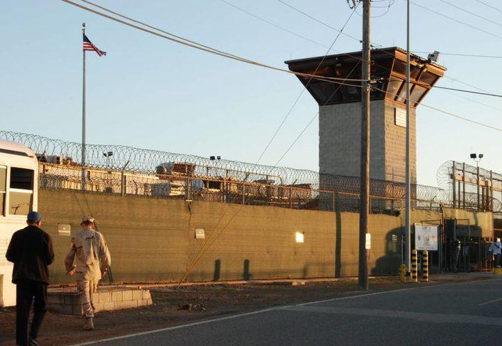 Vista de la entrada al campamento VI de la Base Naval de Guantánamo, prisión en la cual pasó más de 10 años Mustafá al-Aziz al-Shamiri por una confusión. (Archivo/EFE)