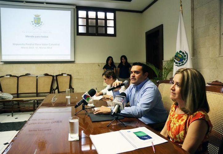 directora de Finanzas y Tesorería, Claudia Canto Mézquita; el alcalde Renán Barrera Concha, y la síndico Lízbeth Estrada Osorio. (Cortesía)