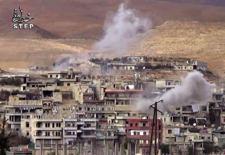 Columnas de humo salen de Wadi Barada, una aldea al noroeste de Damasco cañoneada por fuerzas oficialistas sirias. Foto tomada de video facilitado el 25 de diciembre del 2016 por la Step News Agency, una agencia noticiosa opositora. La foto se ajusta a lo atestiguado por periodistas de la AP. (Step News Agency, via AP, File)