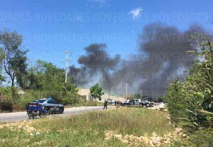 Los reos prendieron fuego a una palapa que se encontraba en un área común, lo que ocasionó una columna de humo.  (Octavio Martínez/SIPSE)