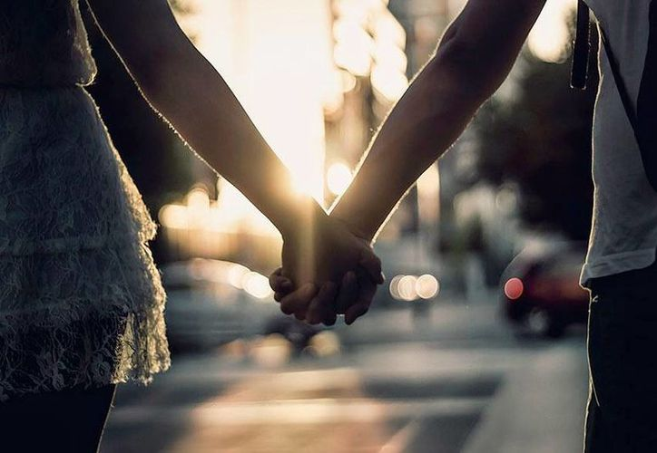 La forma cómo tu pareja y tú van de la mano dice mucho de su relación. (Contexto/Internet)