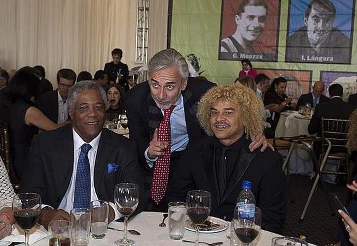 Jesús Martínez (c), presidente del club Pachuca, con los colombianos Francisco Maturana y Carlos Valderrama, Pibe, durante la cuarta investidura del Salón de la Fama de futbol en Hidalgo. (mexsports.com)