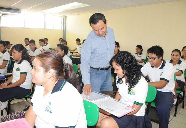 Los maestros recibieron como estímulo computadoras portátiles para mejorar su enseñanza. (Cortesía/SIPSE)