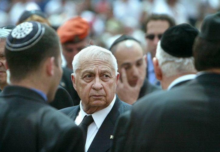 Ariel Sharon durante su visita en abril de 2004 a un memorial de víctimas de actos terroristas en un cementerio de Jerusalén. (Agencias)