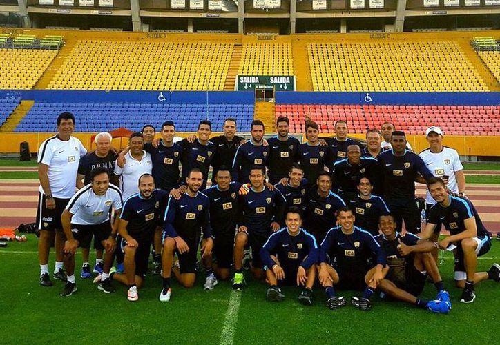 Los Pumas de la UNAM en la cancha del estadio Rumiñahui, donde este martes juegan la ida de los cuartos de final, en la Copa Libertadores. (Facebook: Pumas)