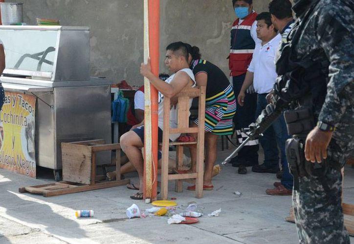 El esposo de la abogada baleada en Campeche se quedó sentado en una silla tras recibir un disparo en el abdomen. (Novedades/Campeche)